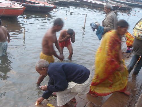 Ganges River1-23清早就有人在沬浴