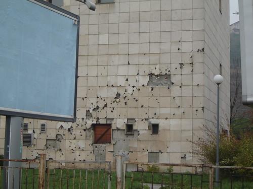 Rafala de gloante pe o cladire din Sarajevo