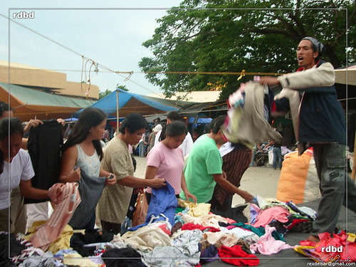 Leganes, Iloilo used clothes vendor, market, sidewalk, street Buhay Pinoy Philippines Filipino Pilipino  people pictures photos life Philippinen  菲律宾  菲律賓  필리핀(공화�)