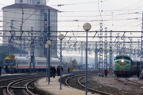 Vieja locomotora y maduro electrotrén (Casetas)
