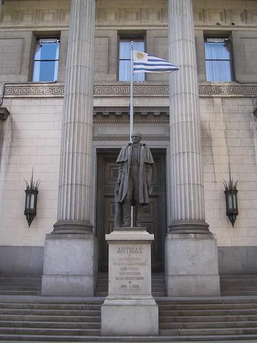 La statue à l'efigie del senor Artigas, le San Martin des Uruguayens. Sa figure est sur toutes les pièces de monnaies avec pour devise: Que sean tan valientes como ilustrados. Il a donné l'independance au pays avec une armée de 33 hommes. D'ailleurs, il existe une place qui se nomme place des 33