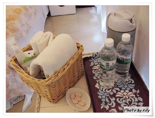 有附送盥洗用具與兩瓶水。