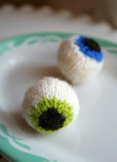 Gruesome Eyeballs - FREE Knitting Pattern / http://ow.ly/SKR1M
