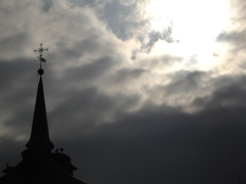 Nubes, claros, campanarios y cigüeñas