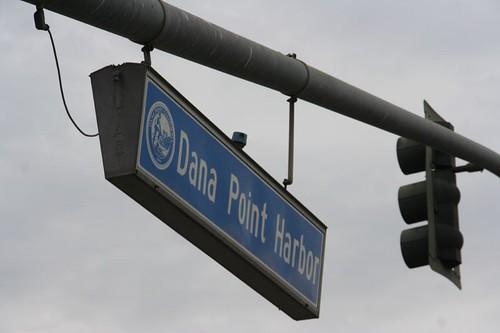 沿著飯店旁的樓梯走,便可看到指向 Dana Point Harbor 的路牌。