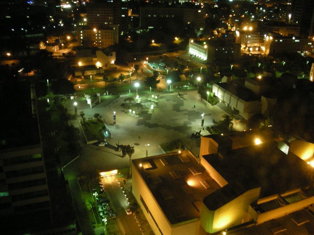 רחבת המוזיאון בלילה