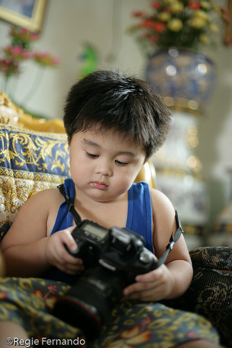 boy fiddling looking holding a camera dslr wandering Pinoy Filipino Pilipino Buhay  people pictures photos life Philippinen  菲律宾  菲律賓  필리핀(공화�) Philippines