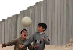 hynomos - meninos em frente ao muro de Gaza (Flickr)