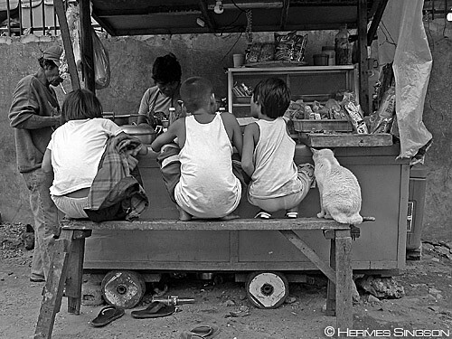 kariton eating sidewalk street eating food vendor  Buhay Pinoy Philippines Filipino Pilipino  people pictures photos life Philippinen  菲律宾  菲律賓  필리핀(공화�)