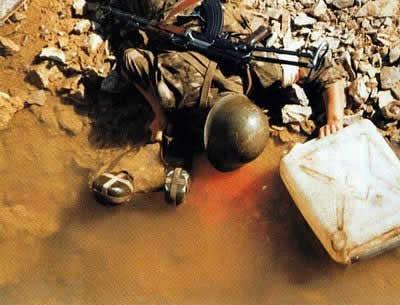 Vietnam 1984. Le corps dun soldat chinois.