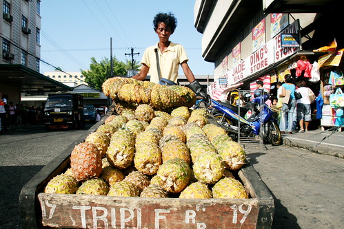 Davao mobile pinya fruit vendor street scene kariton cariton push cart peddler pineapple peddler Pinoy Filipino Pilipino Buhay  people pictures photos life Philippinen  菲律宾  菲律賓  필리핀(공화�) Philippines  ambulant
