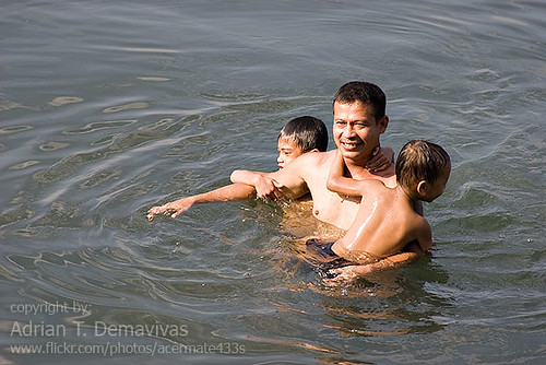 Baywalk, Roxas Blvd, Manila Father And Sons water  Buhay Pinoy Philippines Filipino Pilipino  people pictures photos life Philippinen  菲律宾  菲律賓  필리핀(공화�)