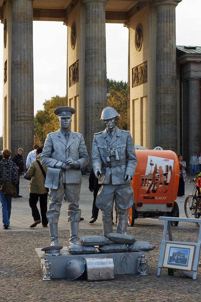 """""""Soldados"""" en la Puerta de Brandemburgo"""