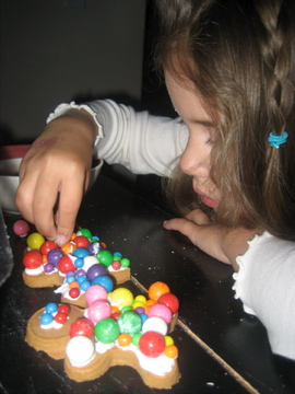 decorating gingerbread men