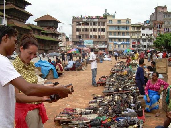 Vero comprando souvenirs en Kathmandú