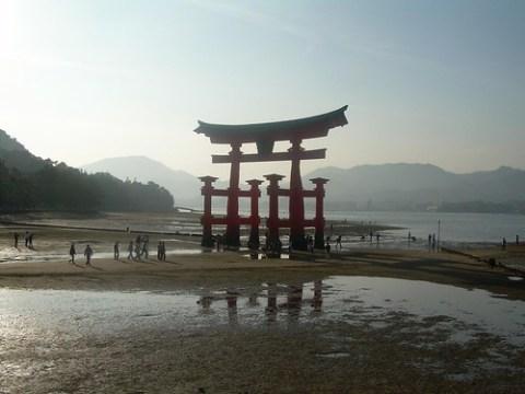 El toori de Miyajima con la marea baja