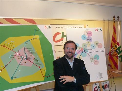 Bizén Fuster con el mapa que propone CHA para el servicio ferroviario en Aragón