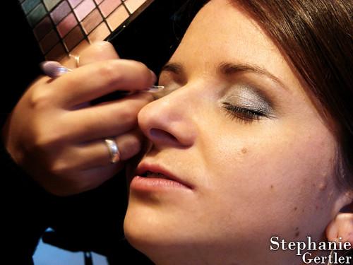 Maquiando a cliente e amiga Rosiele Fendrich antes de seu ensaio fotográfico. Foto: Stephanie Gertler.