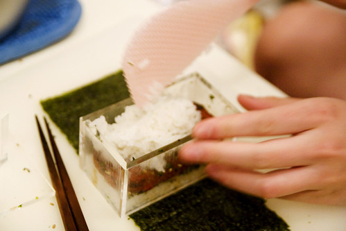 making a spam musubi (by roboppy)
