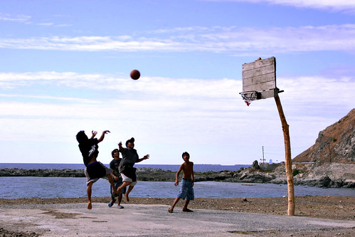 Cebu boys playing basketball shoot hoops game rural scene Pinoy Filipino Pilipino Buhay  people pictures photos life Philippinen  菲律宾  菲律賓  필리핀(공화�) Philippines