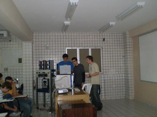Mayron, Evandro e Eu mexendo em um notebook na sala de audiovisual da Datinf