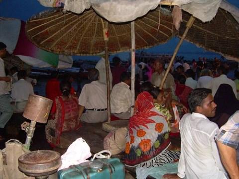Hindus agolpados en el Ganges