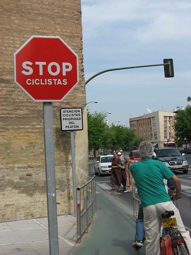 Este es el punto más angosto del carril bici en Sevilla en la Ronda del Casco donde claramente hay un stop para los ciclistas.