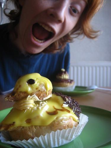 [Photo de Sunny s'appretant à manger une patisserie en forme de canard]