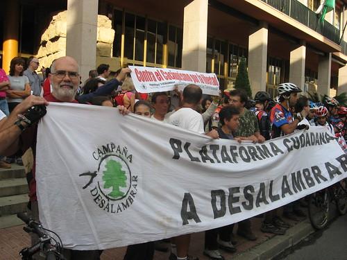 Concentración Plataforma A Desalambrar en la Puerta del Ayuntamiento.