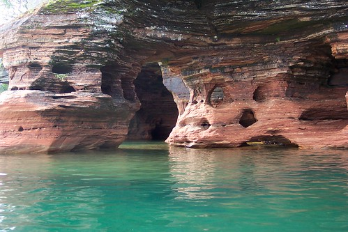Caves in the Île du Diable - it is said that Black Bart Roberts hide its treasure here - CC Matt Montagne