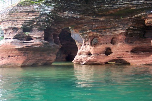 Cuevas en Île du Diable - donde se dice que está escondido el tesoro de Black Bart Roberts - CC Matt Montagne