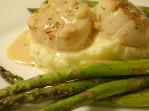 scallops with mashed potatoes with tarragon sauce + asparagus