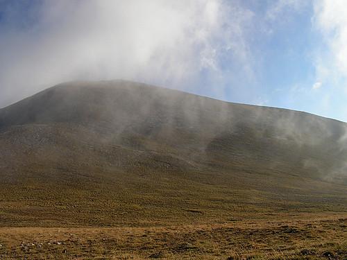 Облаците тъкмо се вдигат над Кутело. А ние спахме на тази поляна. :)