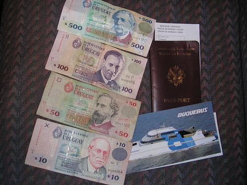 Du change (il manque le billet de 20, sorry), passeport et billet allé retour Buquebus ( comptez 250 pesos le billet, soit 60 euros) et multipliez votre peso argentin par 6,5 pour avoir les pesos uruguayens