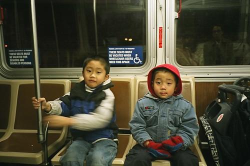 對面的兩個華裔小孩
