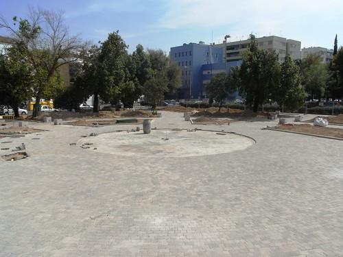 Jardines Glorieta de la Cruz Roja Cordoba. Se ha conseguido eliminar casi toda la tierra y vegetación.