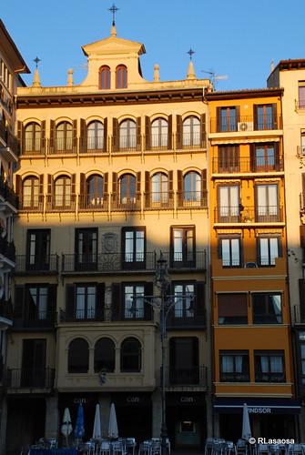 Fachada de dos edificios en la Plaza del Castillo.