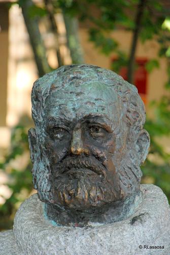 Estatua homenaje a bErnest Hemingway/b, situada junto a la entrada de la Plaza de Toros, en el Paseo de Hemingway, que consta de un gran bloque de granito rematada por su busto en bronce.  El monumento, obra de Luis Sanguino e inaugurado el 6 de julio de 1968, lleva en su base la siguiente dedicatoria: «A Ernest Hemingway, Premio Nobel de Literatura, amigo de este pueblo y admirador de sus fiestas, que supo descubrir y propagar. La Ciudad de Pamplona, San Fermín, 1968»