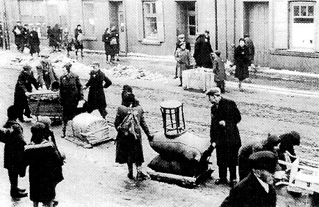 Families move what they can into the Lodz Ghetto