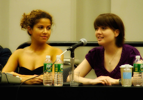 Luciana and Nicki Clyne at the Wizard World Philadelphia (picture by random 420)