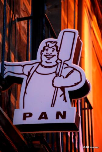 Curioso y bonito cartel anunciador de una panadería en la calle Eslava de Pamplona