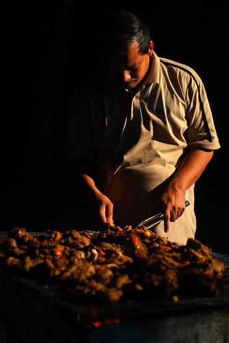 Ustaz Wan Hisham membakar BBQ kambing aqiqah