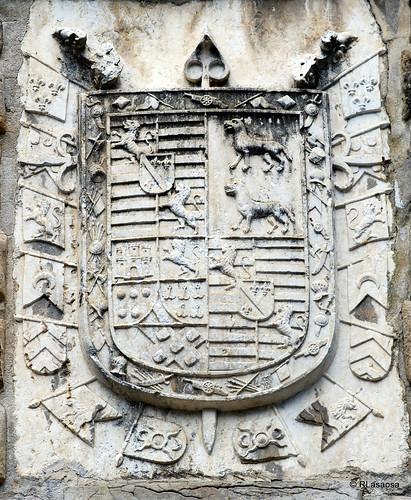 Escudo en piedra en el «Portal de San Nicolás», situada en la calle Bosquecillo, a la entrada de los Jardines de la Taconera