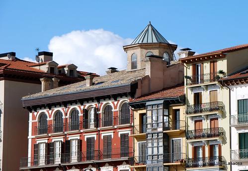 Fachadas y tejados de edificios en la Plaza del Castillo, entre los que destaca la linterna del Palacio Goyeneche