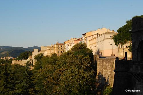 Vista de las casas del Paseo de Ronda desde el Portal Nuevo de la Taconera