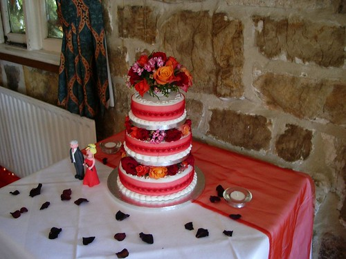Charming little cake and bridengroom figurines
