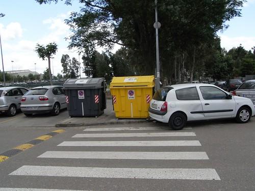 Contenedores de Sadeco tapando paso de peatones.