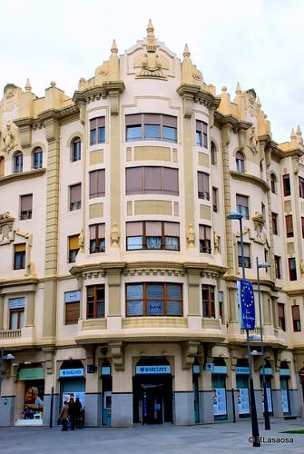 Edificio en la esquina de la Avenida de Carlos III y la Avenida de Roncesvalles.