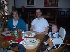 Ava med farmor och pappa på Solrosen