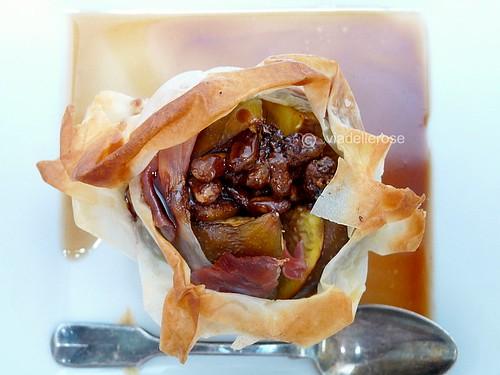 Fiore di fichi e prosciutto con salsa di vino rosso
